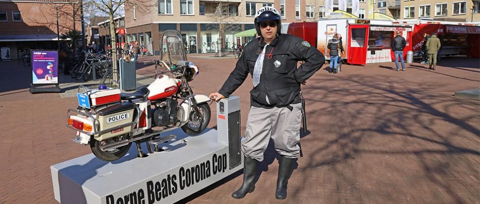Corona cop 'controleert' winkelend publiek