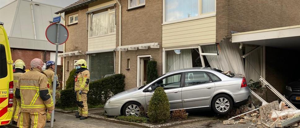 Auto ramt woonhuis in Plutostraat