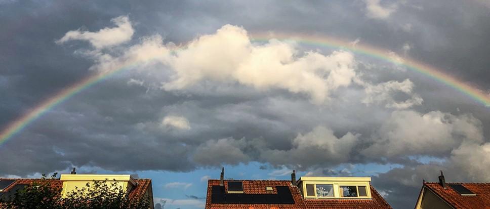 Donkere wolken maken plaats voor regenboog