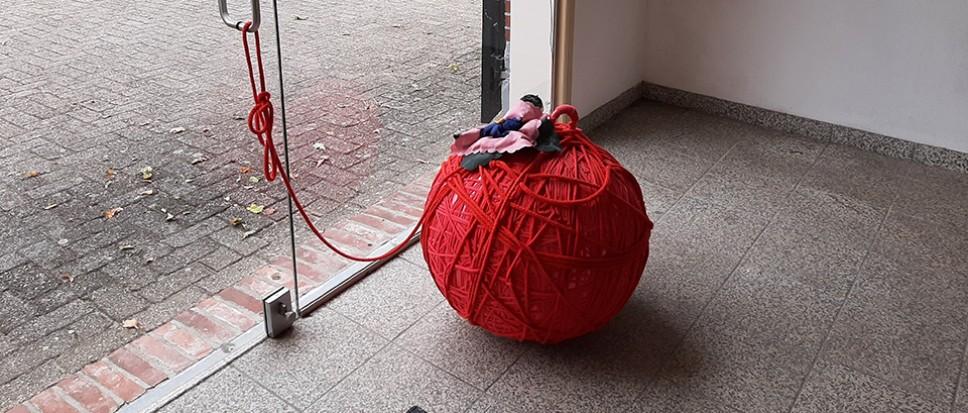 De rode bal ligt bij het Koetshuis