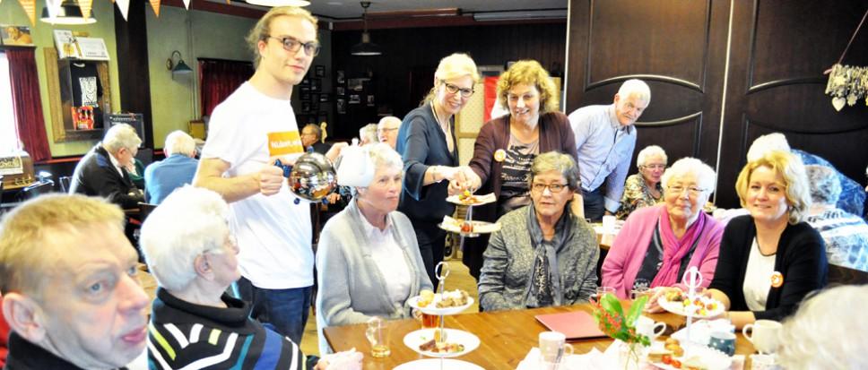 Senioren genieten van high tea