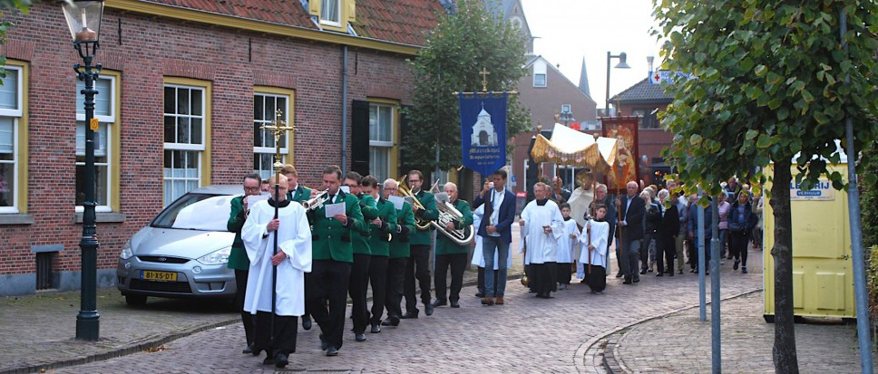 Devote processie door stil dorpscentrum