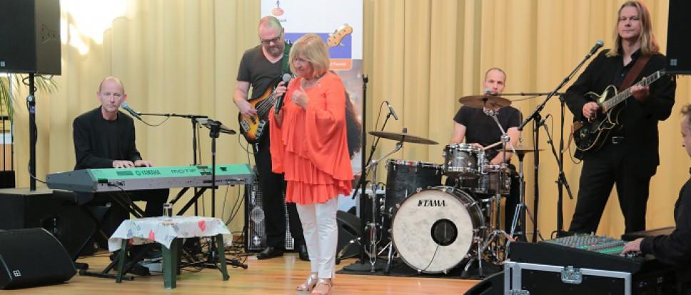Willeke Alberti bouwt feestje in Dijkhuis