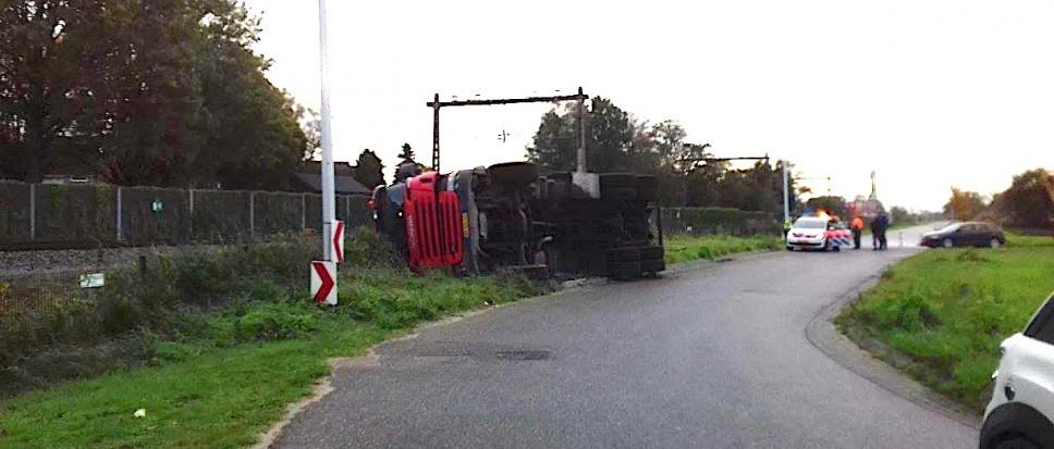 Vrachtwagen kantelt op Burenweg