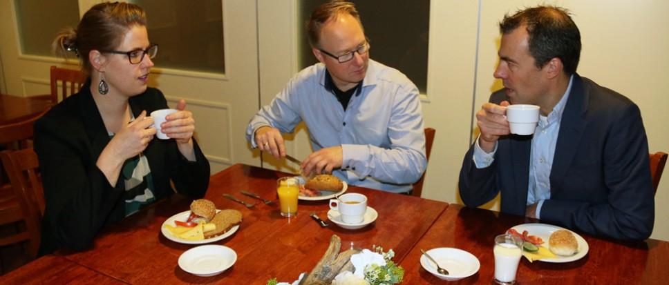 Smakelijk ontbijt enthousiaste ondernemers