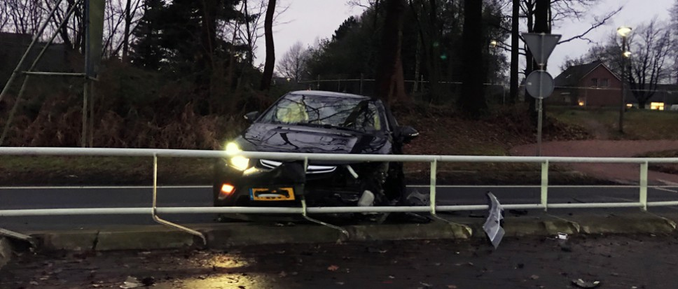 Auto botst op middengeleider