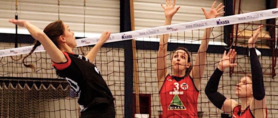 Volleybalsters Dames 1 rollen hekkensluiter op