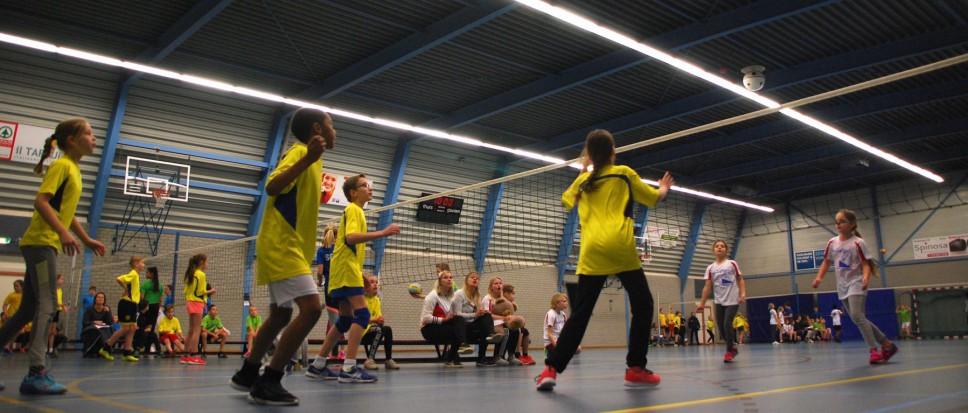 500 Kinderen leren volleyballen