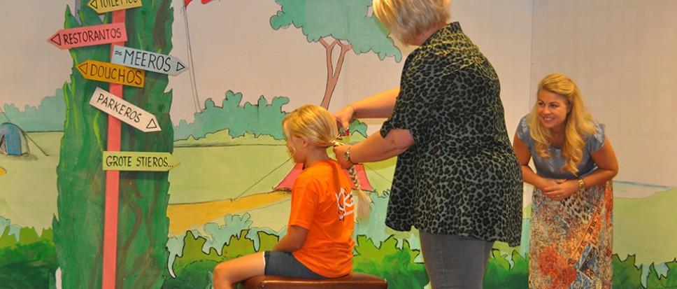 Bas knipt zijn haar voor KiKa
