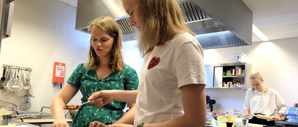 Samen kokkerellen voor een prille vriendschap