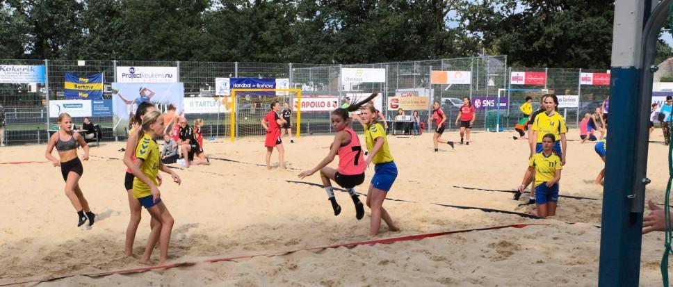 Beach handbaljeugd strijdt om NK-plek