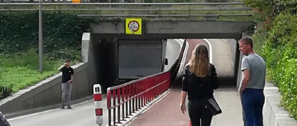 Vrachtwagen klemvast in Bekenhorsttunnel
