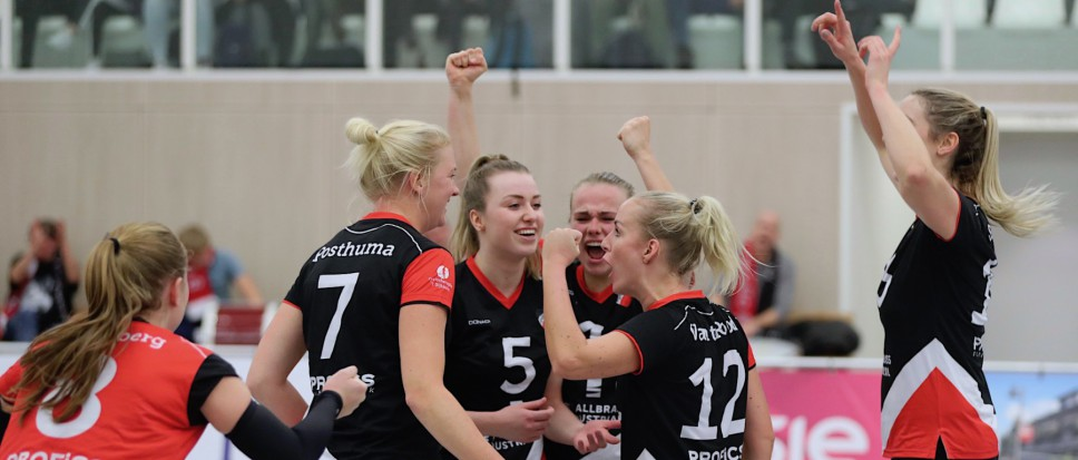 Dames Apollo 8 winnen derby