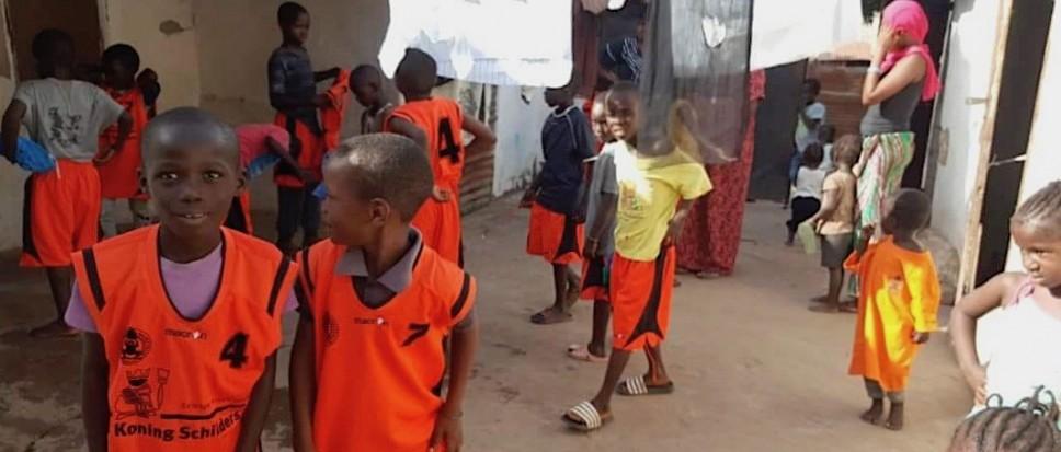 Gulle Kikkers maken Gambianen blij