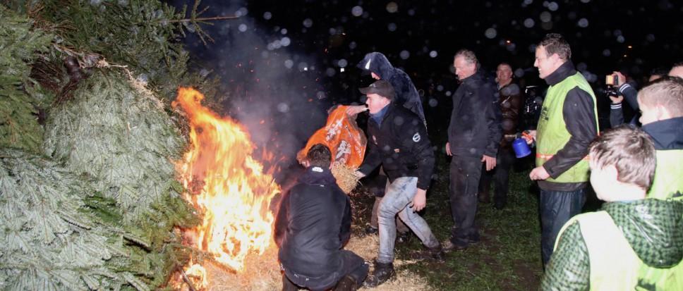 Natte kerstbomen branden moeizaam