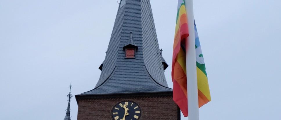 Borne steekt regenboogvlag uit