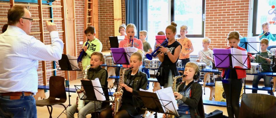 Leerlingen oefenen op muzikale soep