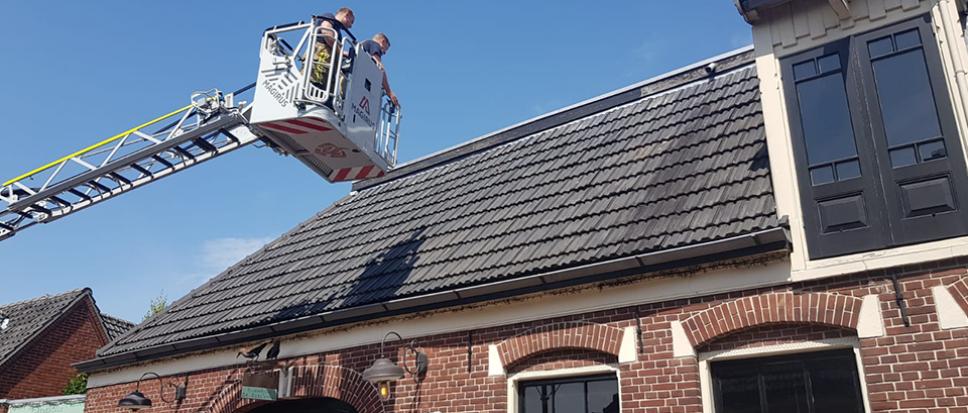Brandweer redt mus van dak