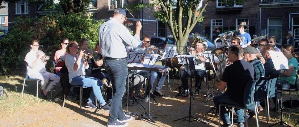 Brassband brengt muziek naar de wijk