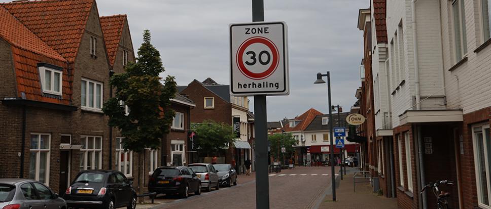 Extra 30 km borden aan Grotestraat Noord