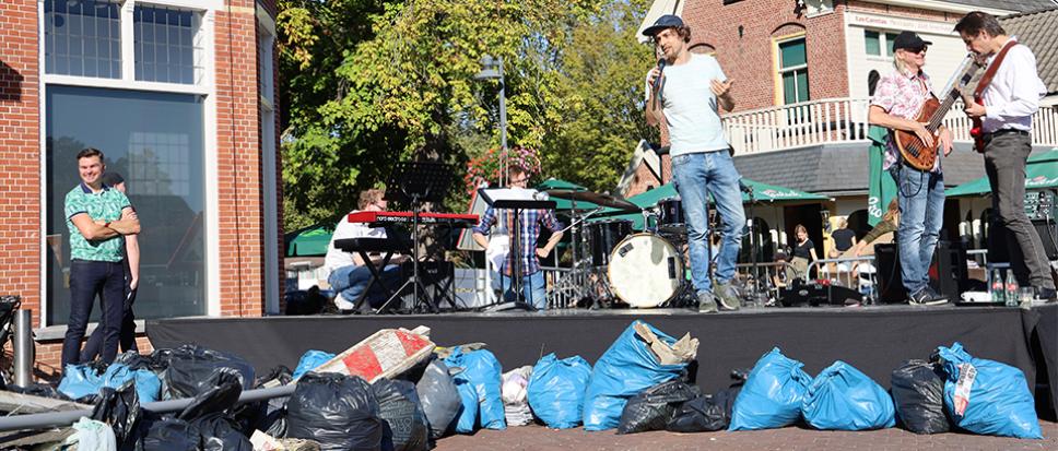 Vrijwilligers verzamelen 65 volle zakken