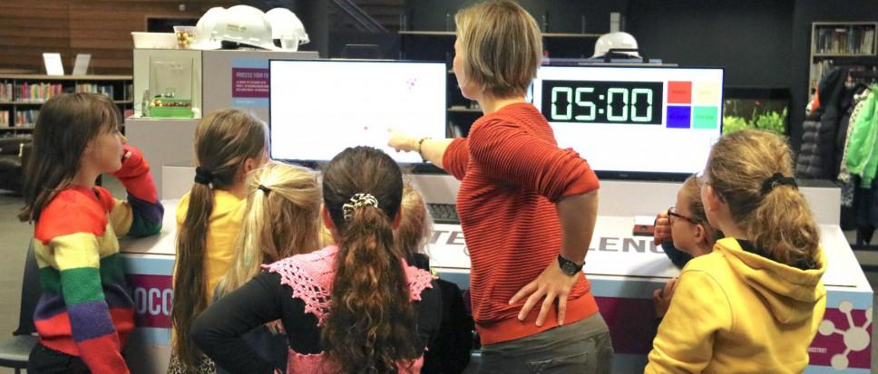 Leerlingen proeven aan productiewerk