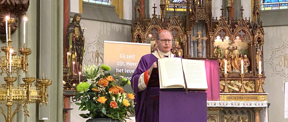 Kardinaal Eijk viert Eucharistie in Borne