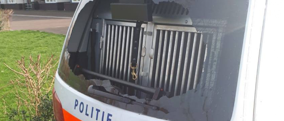 Politieauto vernield