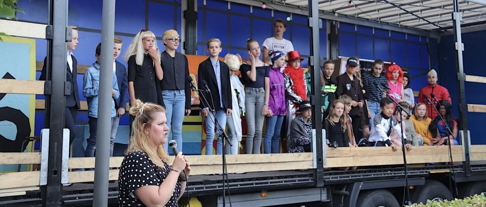 Groep 8 Flora speelt in podiumwagen
