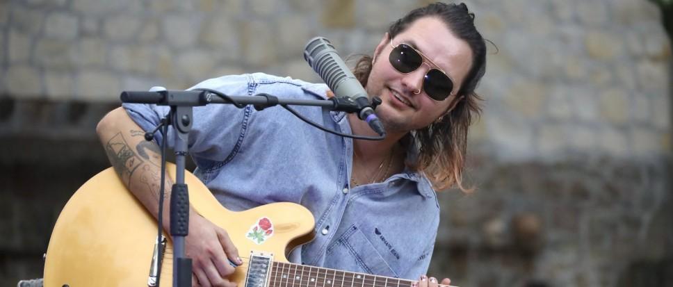 Jett Rebel etaleert zijn muzikale talent
